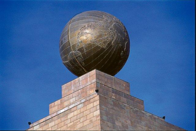 музей экватора вид с памятника земной шар