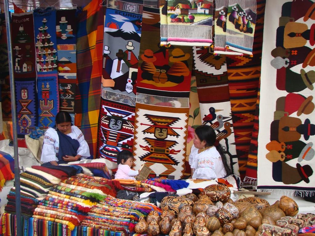 палатка в Отавало и продавщицы