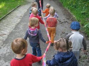 Детский сад в Словении дети на прогулке