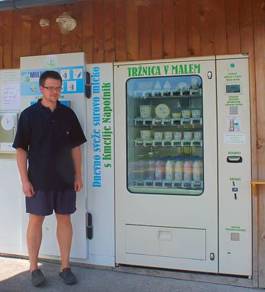 Автомат с молоком, йогуртом, сырами....Рядом с ним фермер-владелец