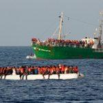 Немецкое спасательное судно чуть не утонуло вместе с мигрантами