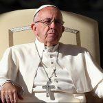 Папа Франциск стал менее популярным из-за мигрантов